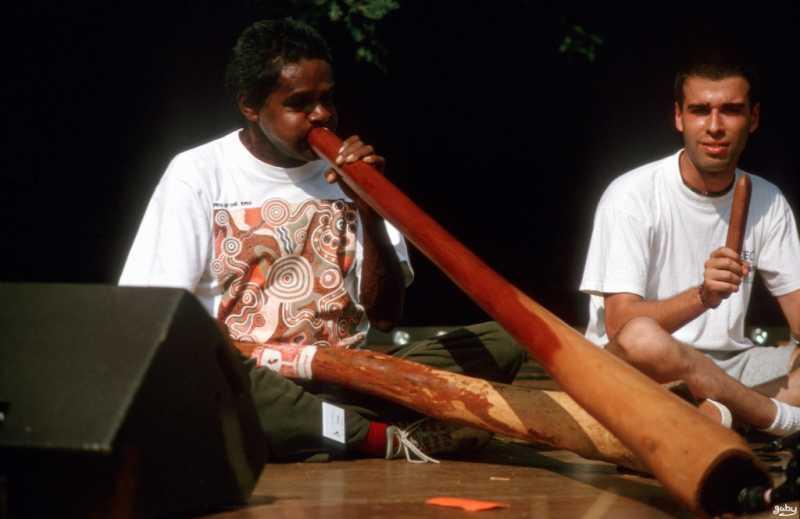 Alan Dargin en train de jouer du didgeridoo