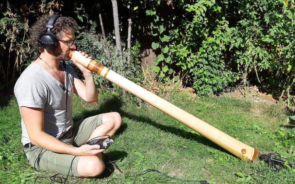 Adrien jouant son didgeridoo