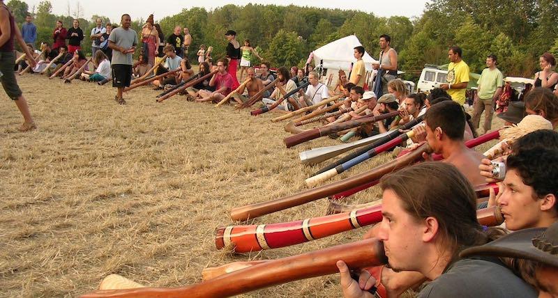 Des dizaines de joueurs de didgeridoo jouant ensemble