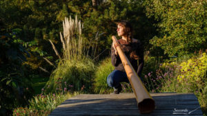 Une photo d'Adèle Blanchin avec son didgeridoo