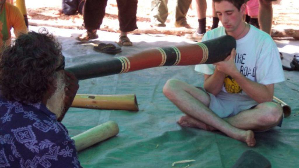 photo de Djalu jouant du Yidaki sur une autre personne