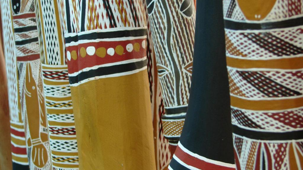 Plusieurs Yidaki, didgeridoo traditionnel sont en gros plans.