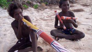 Deux enfants Aborigènes jouant de la musique