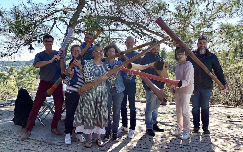 plusieurs joueurs et joueuses de didgeridoo