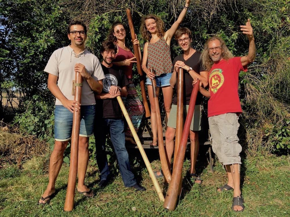 6 joueurs de didgeridoo avec leur didgeridoo
