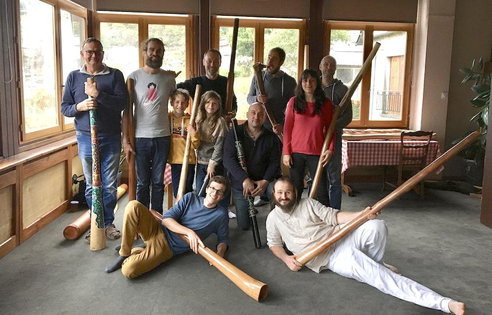 photo de plusieurs stagiaires avec leurs didgeridoos