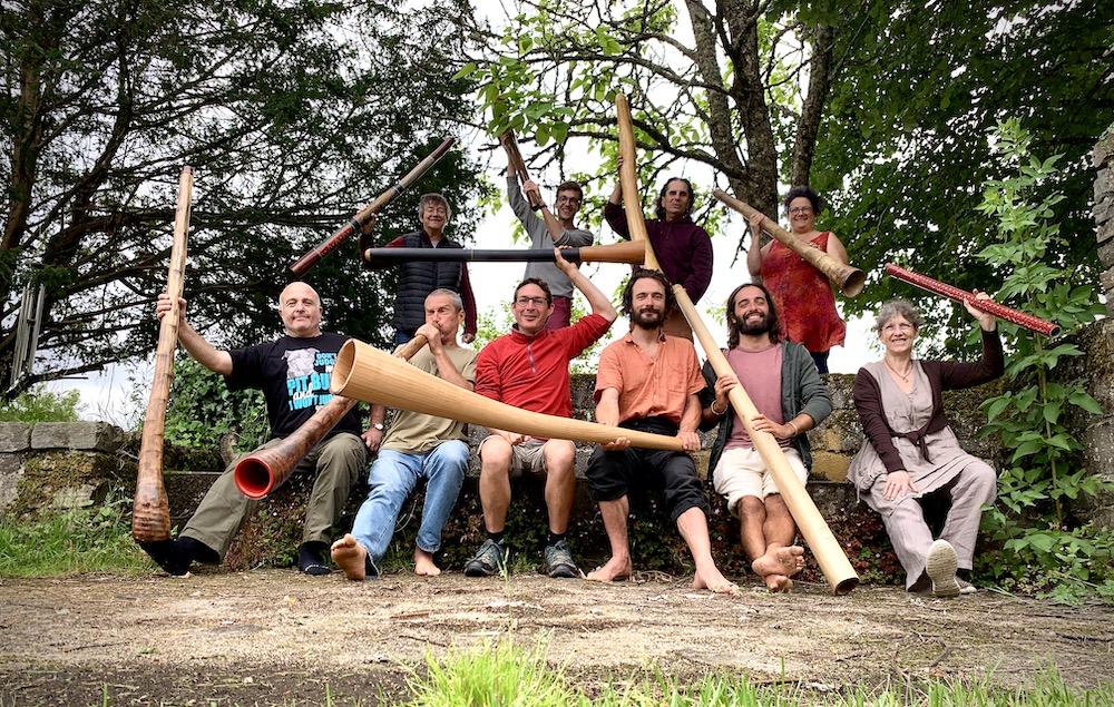 10 joueurs et joueuses de didgeridoo