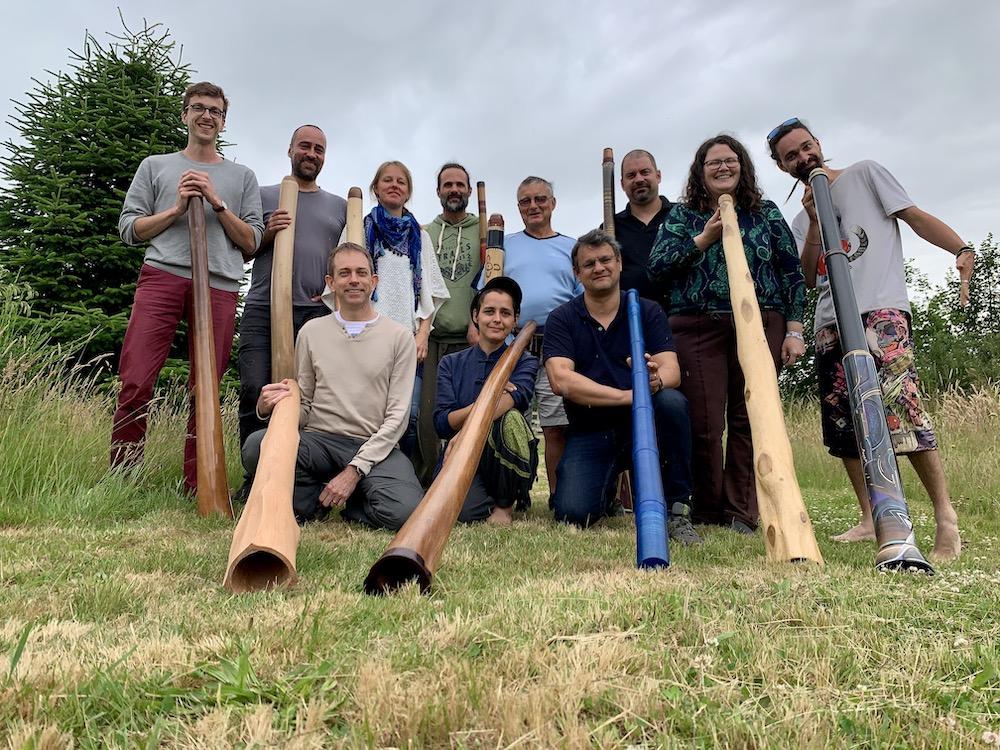 10 joueurs avec leur didgeridoo