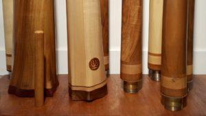 nombreux didgeridoos sur un support